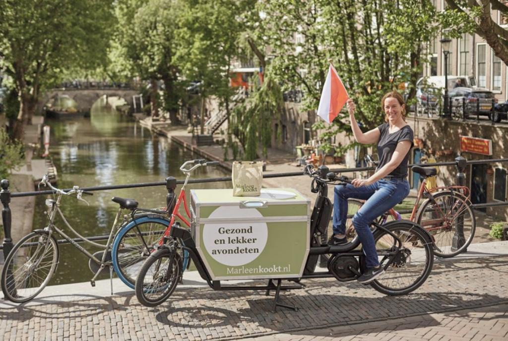 <p>Schreeuw het van de daken en zorg dat je online aanwezig bent. Laat het al je (potentiële) klanten weten: vanaf nu kun je óók bij jou lekker eten bestellen. Maak bijvoorbeeld gebruik van Instagram, Facebook en je eigen website. Verspreid een flyer in de stad of kies voor een ludieke actie, zoals Restaurant Pesca in Amsterdam. Dit visrestaurant doet de bezorgingen op een DOCKR in een compleet duikpak.<br><br>Bij DOCKR kun je altijd je bakfiets laten bestickeren in jouw huisstijl. Of gebruik 'm bijvoorbeeld als rijdend krijtbord om je weekmenu te laten zien!</p>